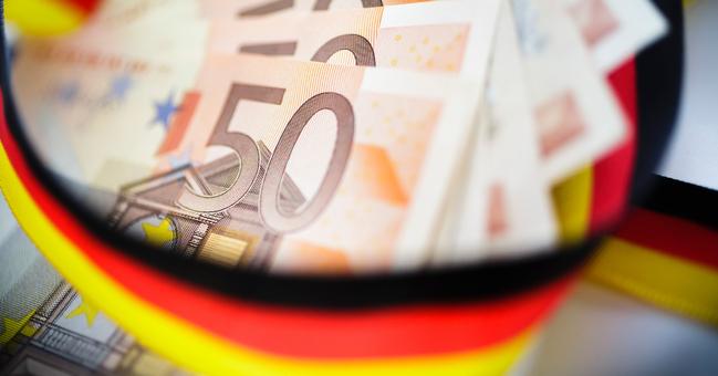 50-Euro-Geldscheine mit schwarz-rot-goldenem band