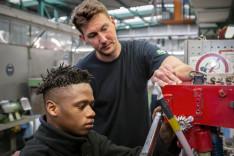 Facharbeiter Christian Müller unterstützt Bubbacarr bei seinen Aufgaben im S-Bahn-Werk Berlin