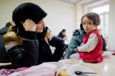 Eine junge Frau und ein kleines Mädchen aus Afghanistan in einer Flüchtlingsunterkunft