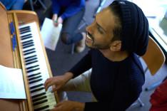 Der musikalische Projektleiter Joel Da Silva am Klavier