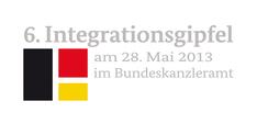 """Logo des 6. Integrationsgipfel mit Fahnenelementen und Text: """" 6. Integrationsgipfel am 28.05.2013 im Bundeskanzleramt"""""""
