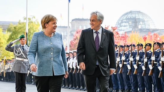 Federal Chancellor Angela Merkel and the President of the Republic of Chile, Sebastián Piñera, at the welcome with military honours.