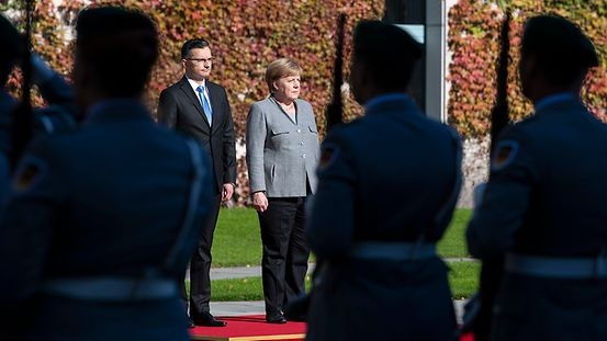 Federal Chancellor Angela Merkel and Slovenian Prime Minister Marjan Šarec at the reception with military honours.