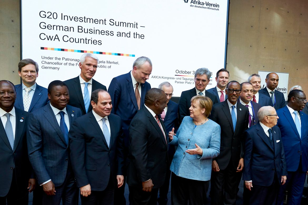 "Family photo with Angela Merkel at the Investment Summit of the G20 Initiative ""Compact with Africa"""