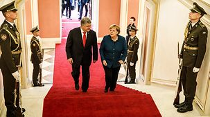 Chancellor Angela Merkel walks beside Ukrainian Presidenten Petro Poroshenko