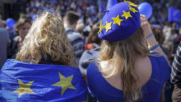 Menschen mit Europaflagge bei der Pulse of Europe Demonstration