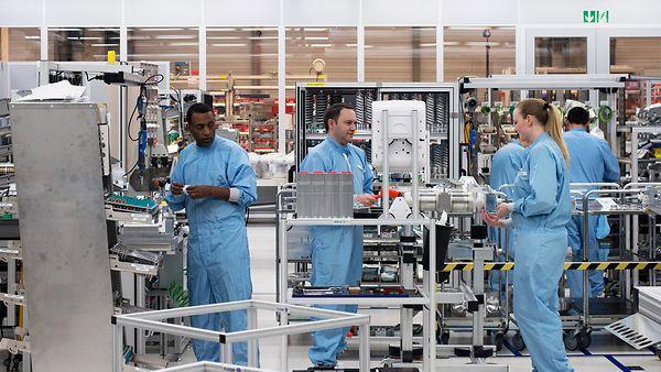 Mitarbeiter der Firma Trumpf in der Produktion