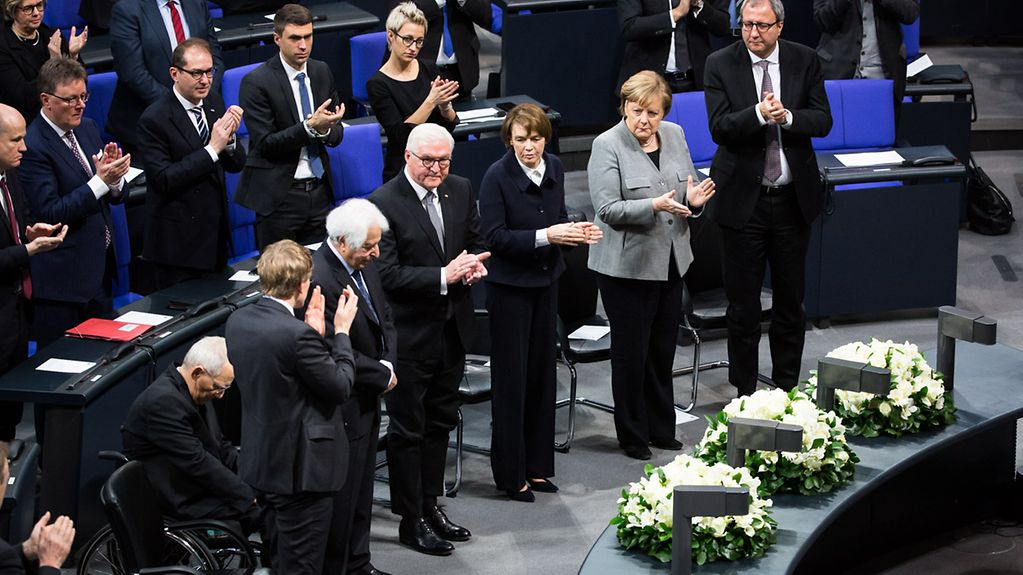 At the ceremony in the German Bundestag to pay tribute to the victims of National Socialism, there is applause for Saul Friedländer, the main speaker.