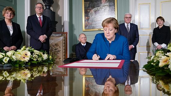 In Weimar Chancellor Angela Merkel signs a document to commemorate the 100th anniversary of the first meeting of the National Assembly.