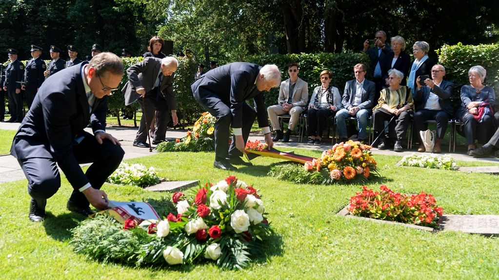Federal Interior Minister Horst Seehofer and Berlin's Governing Mayor Michael Müller lay wreaths.