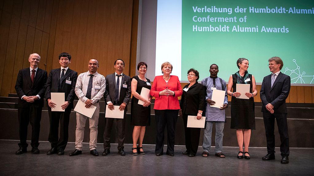 Federal Chancellor Merkel with winners of the Humboldt Foundation alumni awards.