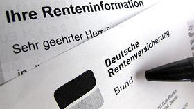 Ein Stift zeigt auf einen Bescheid der Deutschen Rentenversicherung Bund
