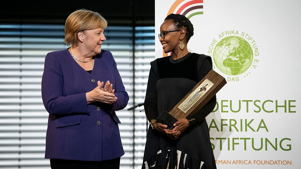 Chancellor Angela Merkel congratulates Juliana Rotich, winner of this year's German Africa Prize.