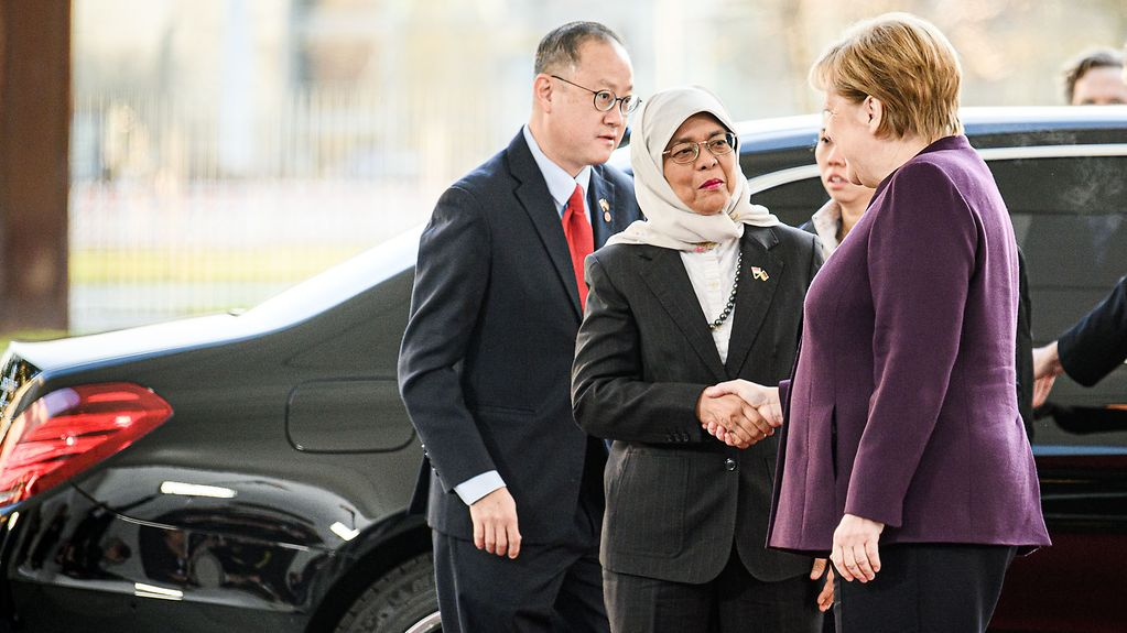 Chancellor Angela Merkel welcomes the President of the Republic of Singapore, Halimah Yacob, at the Federal Chancellery
