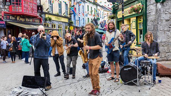 Foto zeigt einen Straßenmusiker