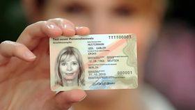 Eine Frau zeigt ihren Personalausweis.