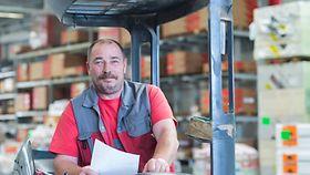 Porträt des Gabelstaplerfahrers im Baumarktlager Lagerarbeiter.