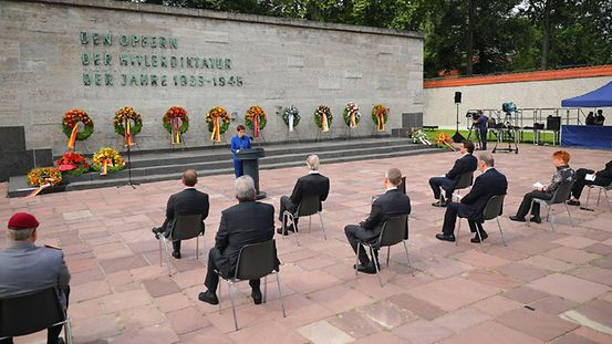 Commemorating 20 July 1944: Federal Defence Minister Annegret Kramp-Karrenbauer speaks. Behind her wreaths can be seen against the wall and on the steps.