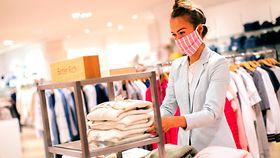 Foto zeigt eine Verkäuferin