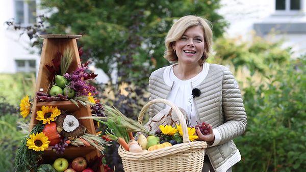 Bundeslandwirtschaftsministerin Kllöckner trägt einen Gemüsekorb
