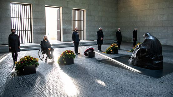 Laying wreaths at the Neue Wache