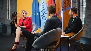At the close of the EU Youth Conference Franziska Giffey speaks with young people.