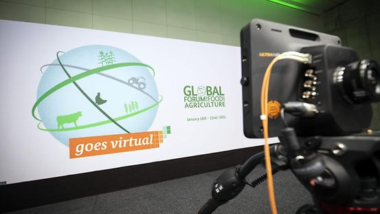 "Logo ""Global Forum for Food and Agriculture goes virtual"" auf einer Leinwand."