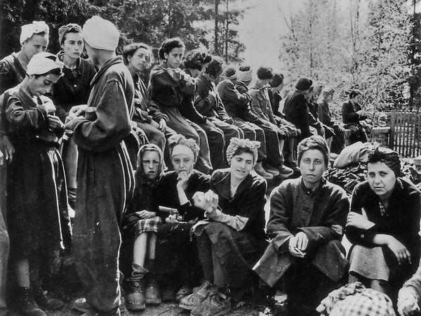 Frauen aus dem Buchenwalder Außenlager Penig nach der Befreiung nach dem 17. April 1945