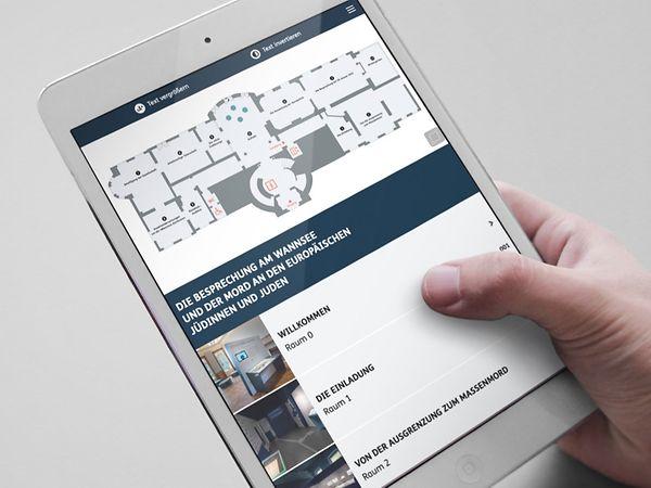 Tablet mit der Webanwendung zur Dauerausstellung des Haus der Wannsee-Konferenz