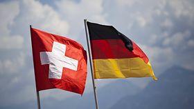 Flaggen von Deutschland und Schweiz