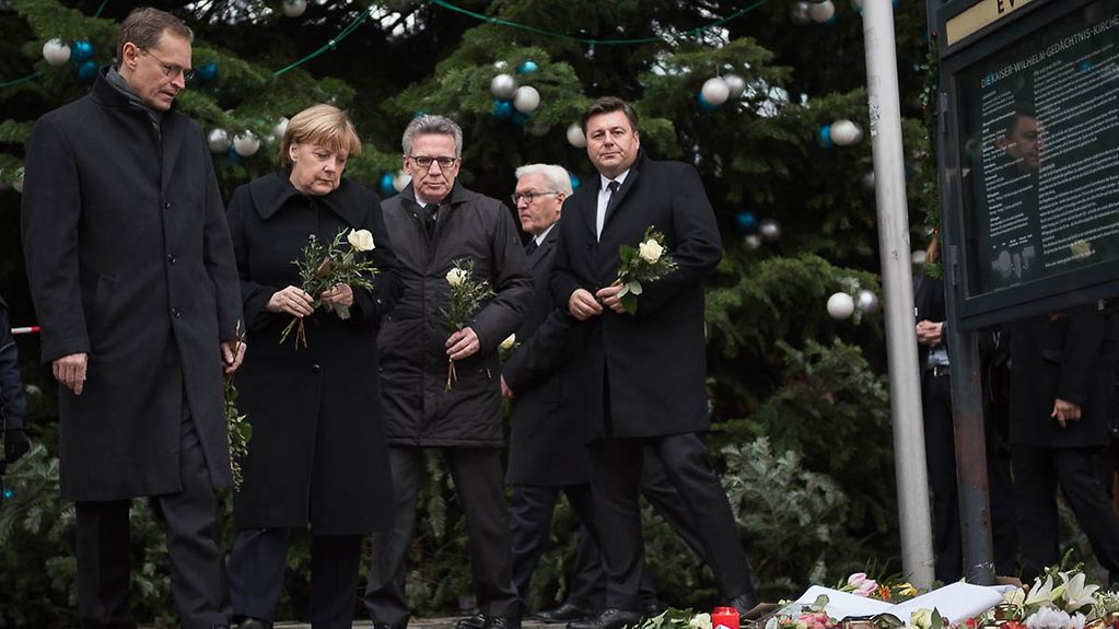 Chancellor Angela Merkel, Thomas de Maizière, Federal Minister of the Interior, Berlin's Governing Mayor Michael Müller and Berlin's Senator for Internal Affairs Andreas Geisel lay roses at the Gedächtniskirche.