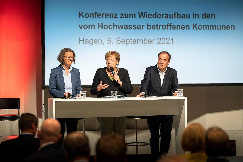 Bundeskanzlerin Angela Merkel spricht während eines Besuchs in Hagen bei einer HOchwasserkonferenz..