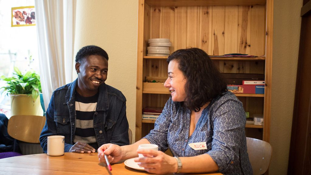 Volunteers and refugees meet for an international breakfast in the multi-generation house Neu Wulmstorf Courage e.V.