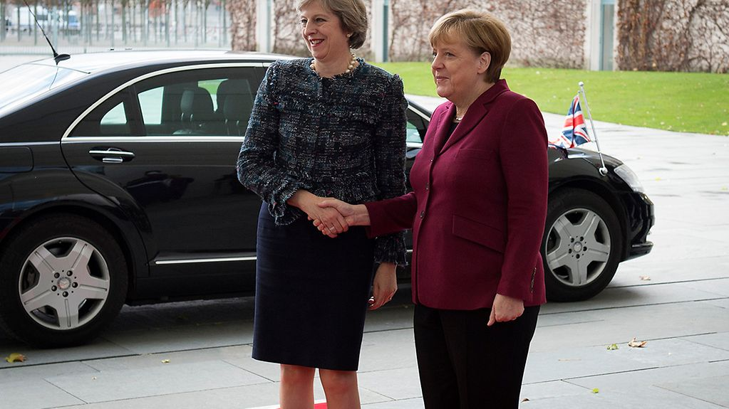 Chancellor Angela Merkel greets the British Prime Minister Theresa May at the Federal Chancellery.