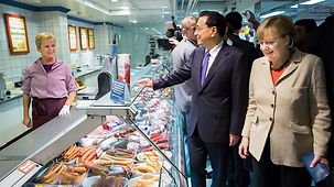 Chancellor Angela Merkel and Chinese Prime Minister Li Keqiang in a supermarket