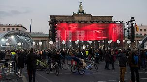 The crowds in front of the Brandenburg Gate