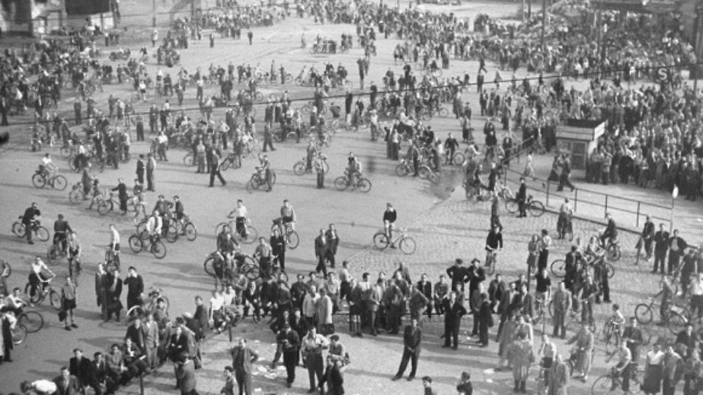 Menschenansammlung (mit Fahrrädern) auf dem Potsdamer Platz.