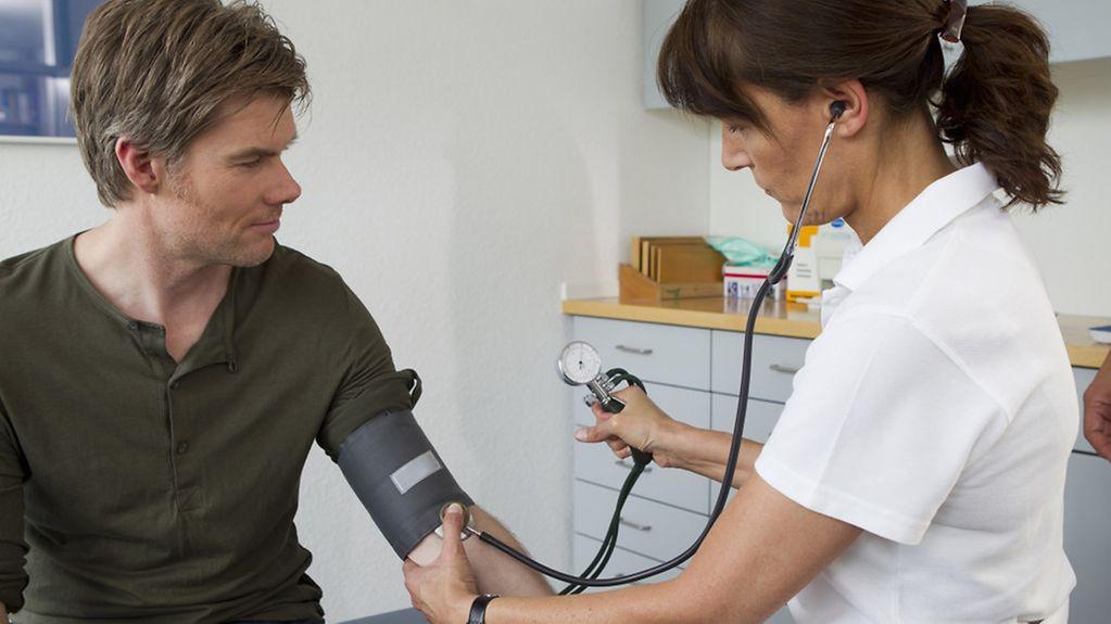 Ärztin Untersuchung Mann Blutdruck Vorsorge Gesundheit Gesundheitsvorsorge Krankheit Patient Model and Property Released München Deutschland