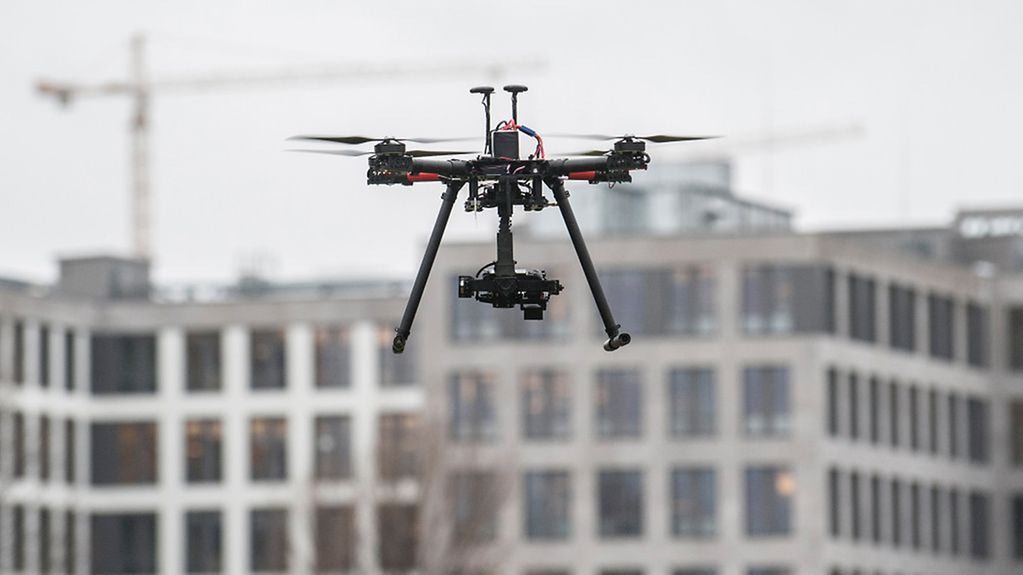 Ein Quadrocopter fliegt in Berlin.