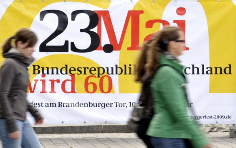 60 Jahre Bundesrepublik Deutschland Freitag 22 Mai 2009 Festmeile Von Oben Zwei Besucherinnen Gehen An Dem Plakat Fr Das Brgerfest Vorbei
