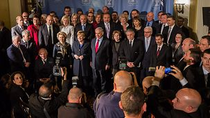 """Family photo"" of participants at the German-Israeli government consultations"